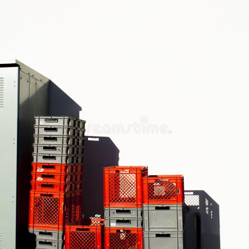 Vermelho e Gray Colored Stacked Plastic Crates com espaço da cópia foto de stock royalty free