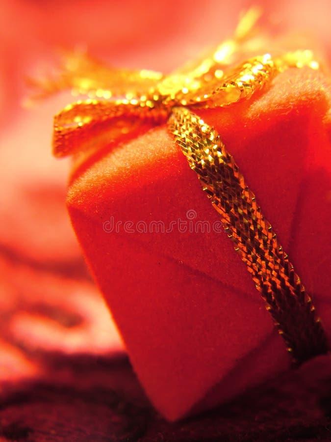 Vermelho e presente do ouro imagem de stock royalty free