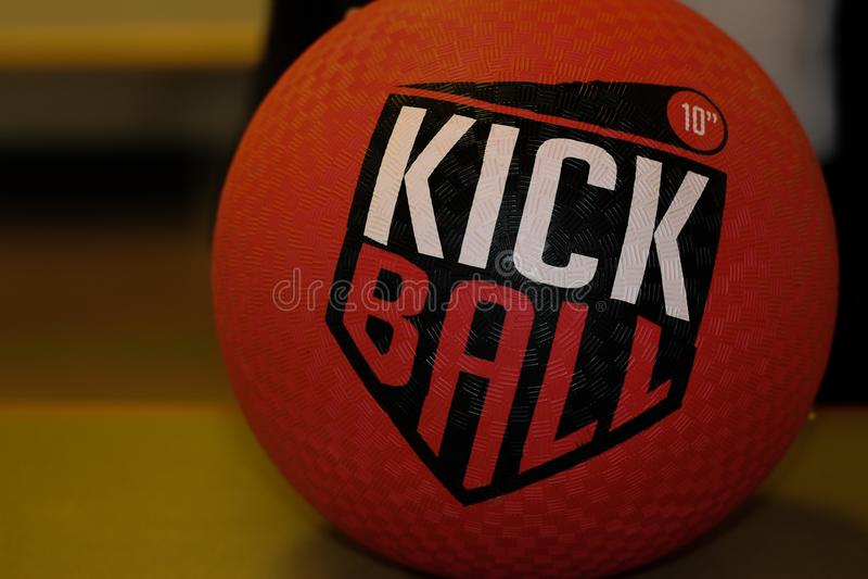 Vermelho Kickball do close up imagens de stock