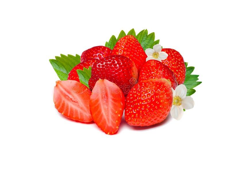 Vermelho maduro de morangos frescas com folhas Isolado em um fundo branco foto de stock royalty free