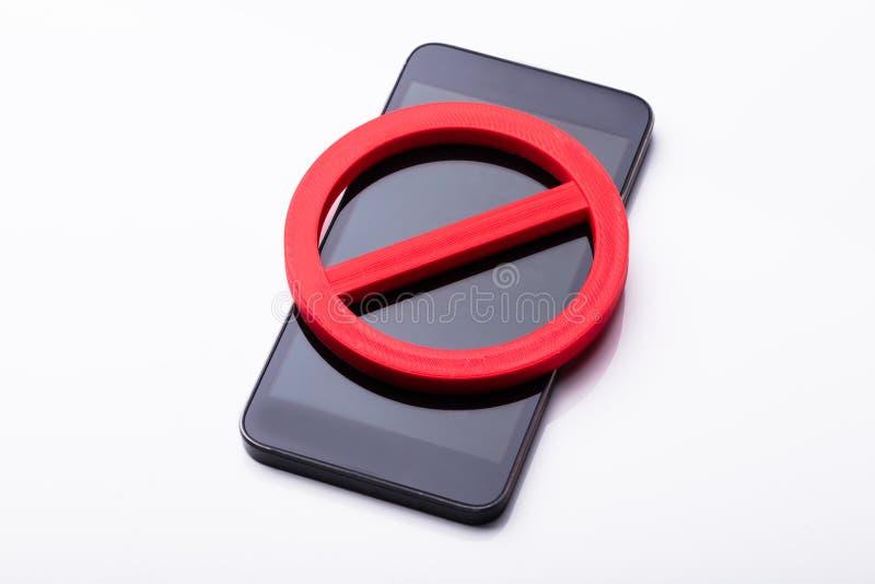 Vermelho nenhum sinal no telefone celular fotografia de stock