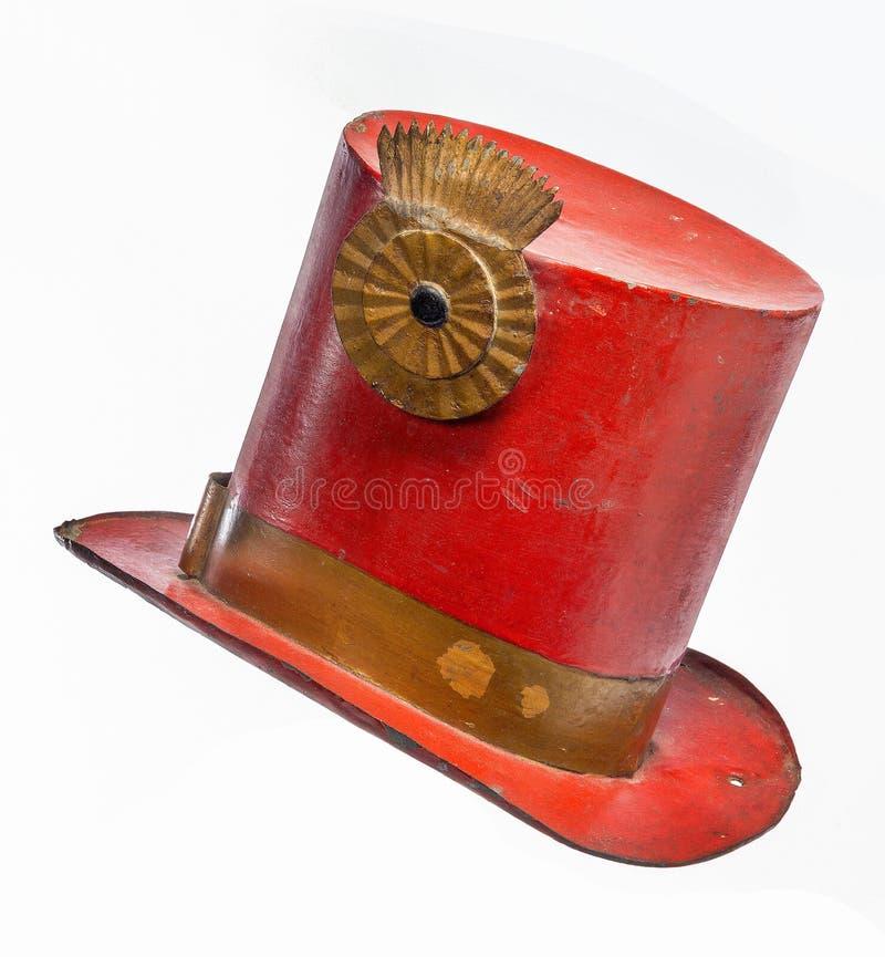 Vermelho pintado do chapéu alto metal velho isolado fotos de stock royalty free