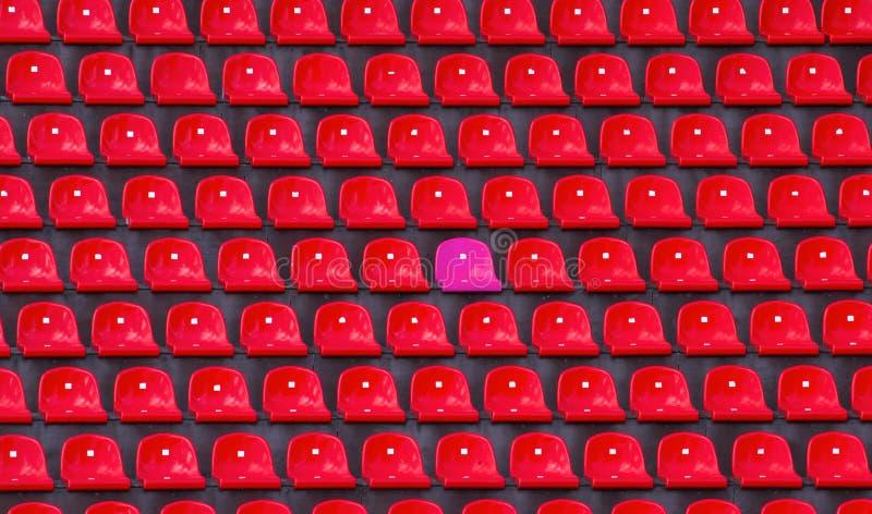 Vermelho plástico e assentos um cor-de-rosa no estádio de futebol fotografia de stock