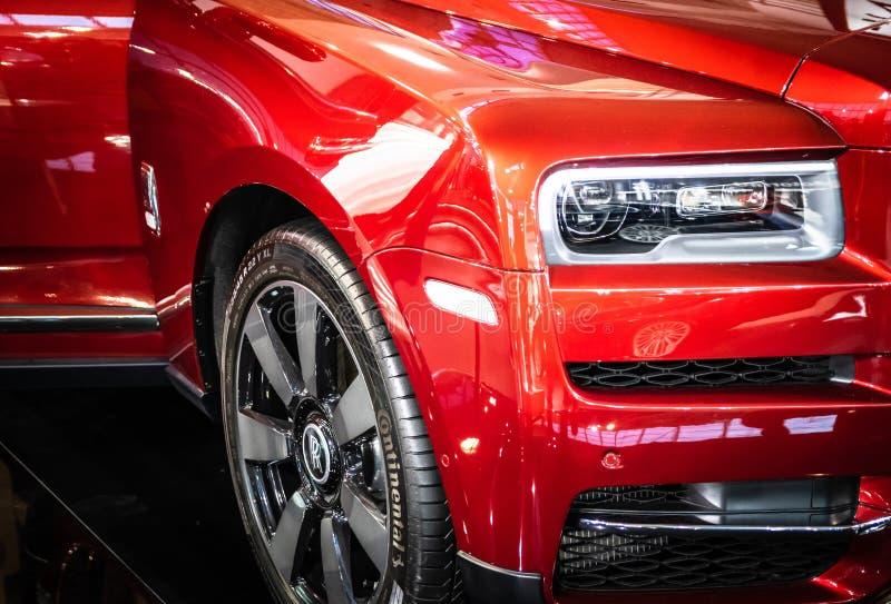 Vermelho Rolls Royce Cullinan SUV dos luxos no 54th carro internacional e na exposição automóvel de Belgrado fotografia de stock