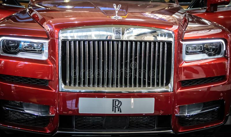 Vermelho Rolls Royce Cullinan SUV dos luxos no 54th carro internacional e na exposição automóvel de Belgrado imagem de stock