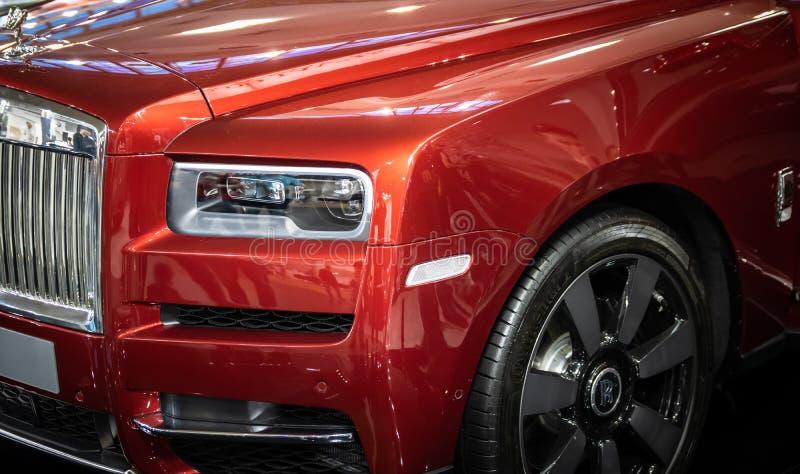 Vermelho Rolls Royce Cullinan SUV dos luxos no 54th carro internacional e na exposição automóvel de Belgrado fotos de stock