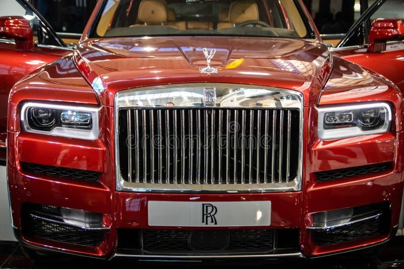 Vermelho Rolls Royce Cullinan SUV dos luxos no 54th carro internacional e na exposição automóvel de Belgrado imagens de stock