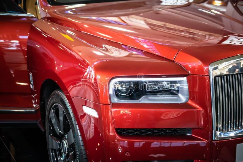 Vermelho Rolls Royce Cullinan SUV dos luxos no 54th carro internacional e na exposição automóvel de Belgrado fotos de stock royalty free