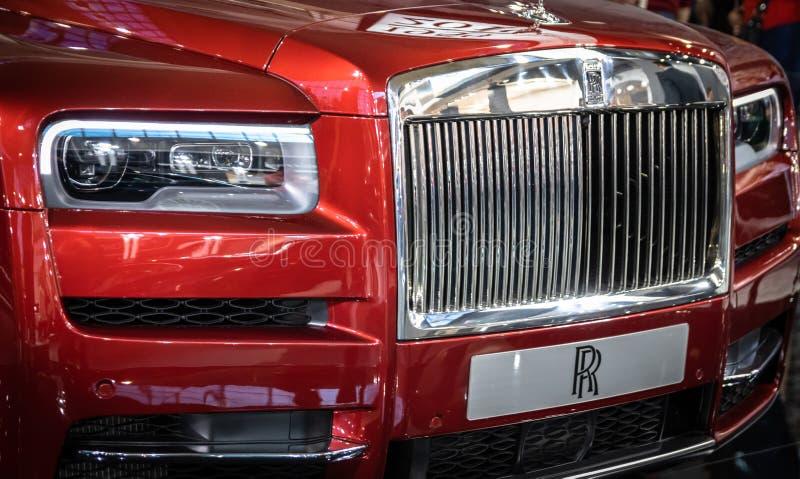 Vermelho Rolls Royce Cullinan SUV dos luxos no 54th carro internacional e na exposição automóvel de Belgrado foto de stock royalty free