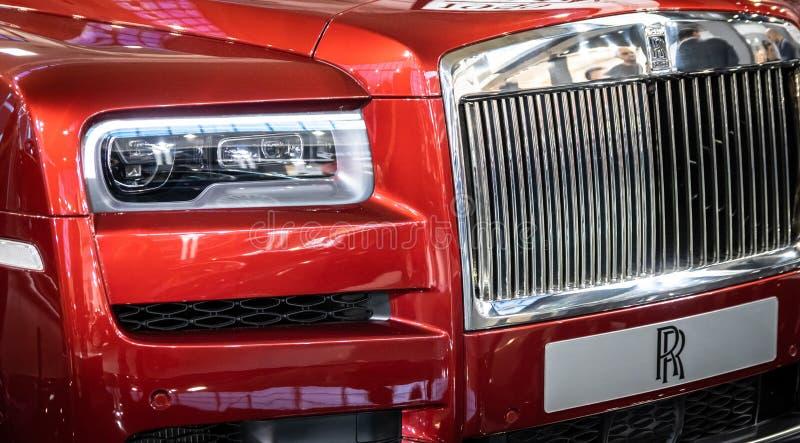 Vermelho Rolls Royce Cullinan SUV dos luxos no 54th carro internacional e na exposição automóvel de Belgrado imagens de stock royalty free