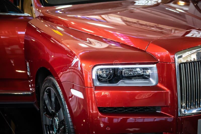 Vermelho Rolls Royce Cullinan SUV dos luxos no 54th carro internacional e na exposição automóvel de Belgrado imagem de stock royalty free