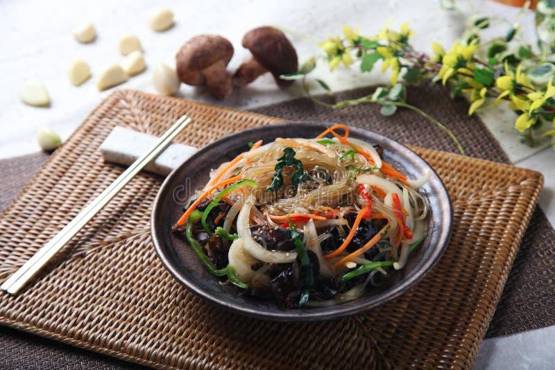 Vermicelli o spaghetti con il fungo sulla tavola in ristorante fotografia stock