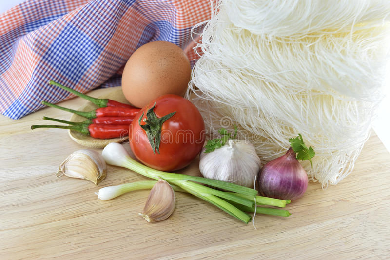 Vermicelli, Spaanse peper, ui, ei, knoflook en tomaat op houten bedelaars royalty-vrije stock fotografie