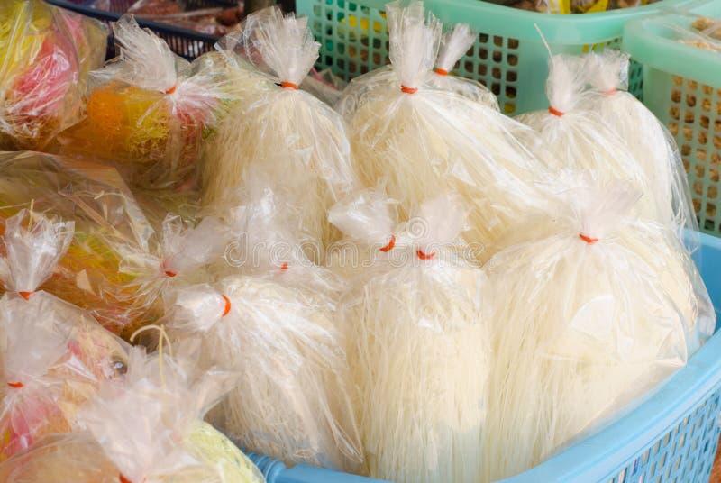 Vermicellis dans le sac photo stock