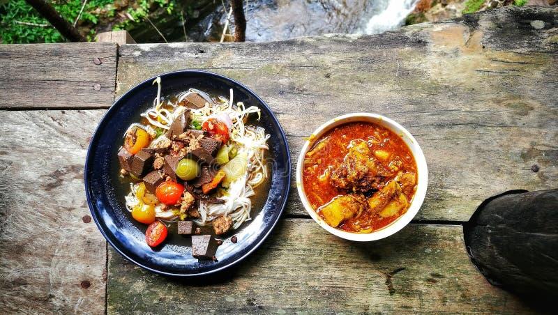 Vermicellis et Coup-le curry thaïlandais du nord de riz de nourriture photographie stock