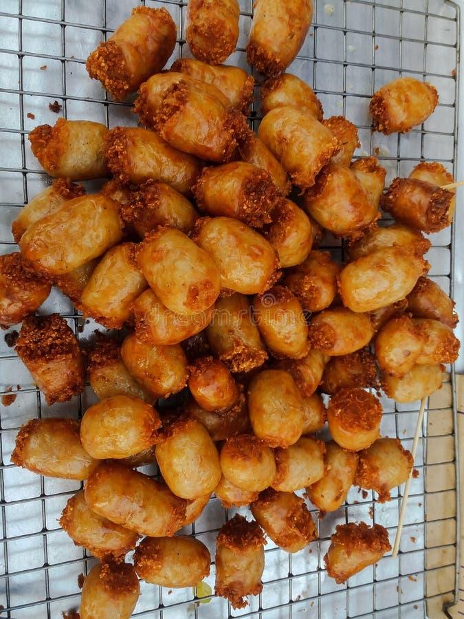Vermicellis frits bourrés par saucisse image stock
