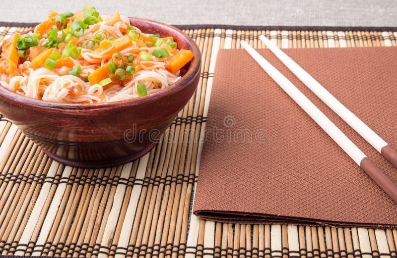 Vermicellis le HU-TUE de riz dans une petite cuvette en bois brune image stock