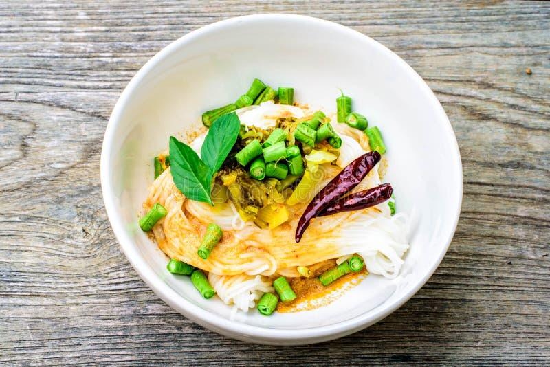Vermicellis thaïlandais de riz servis avec le cari images stock