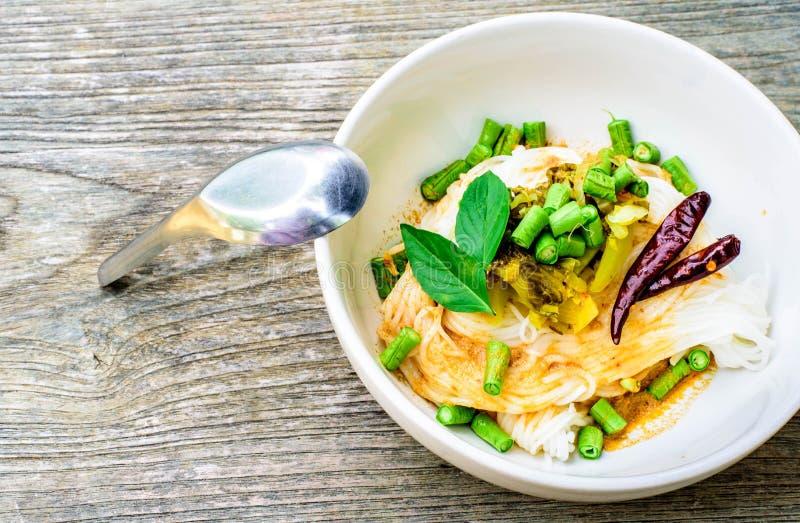 Vermicellis thaïlandais de riz servis avec le cari photographie stock libre de droits