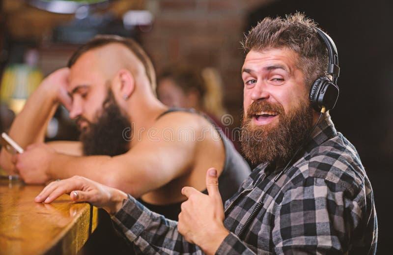 Vermijd mededeling Vluchtwerkelijkheid Vrijdagontspanning in bar Besteedt de Hipster gebaarde mens vrije tijd bij barteller orde stock fotografie