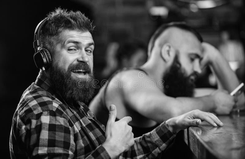 Vermijd mededeling Vluchtwerkelijkheid Vrijdagontspanning in bar Besteedt de Hipster gebaarde mens vrije tijd bij barteller orde stock afbeelding