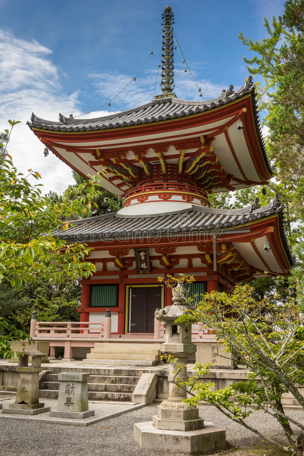 Vermilion pagoda W przy Buddyjską świątynią obrazy royalty free
