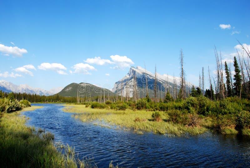 Vermillion de Meren en zetten Rundle in de lente, Canadese Rotsachtige Bergen, Canada op royalty-vrije stock foto