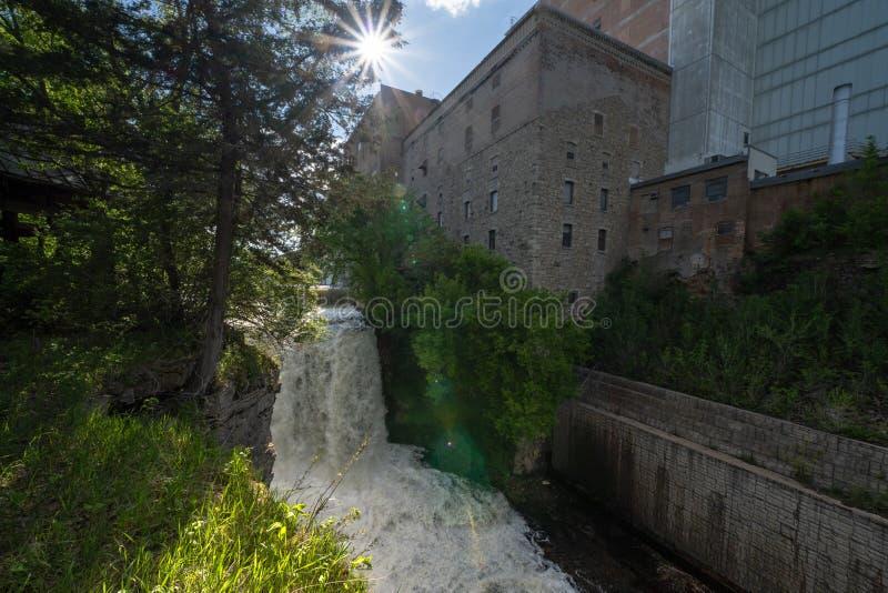 Vermillion F?lle, ein st?dtischer Wasserfall nahe bei einer alten Fabrik gelegen in Hastings, Minnesota stockfotos