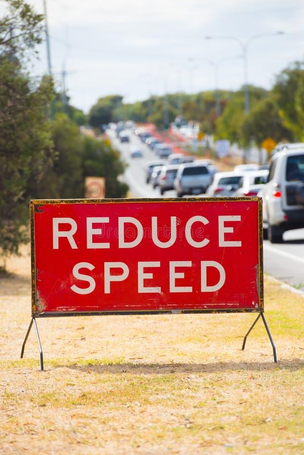 Verminder de straatwaarschuwing van snelheidsverkeersteken stock afbeeldingen