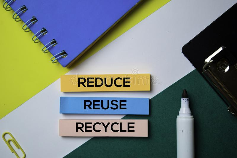 verminder hergebruik Recycleer tekst op kleverige nota's met bureauconcept royalty-vrije stock afbeeldingen