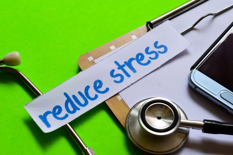 Verminder spanning op Gezondheidszorgconcept met groene achtergrond royalty-vrije stock foto