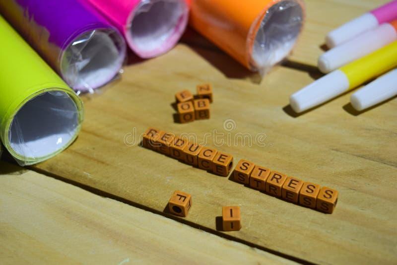Verminder Spanning op houten kubussen met kleurrijke document en pen, Concepteninspiratie op houten achtergrond royalty-vrije stock afbeeldingen