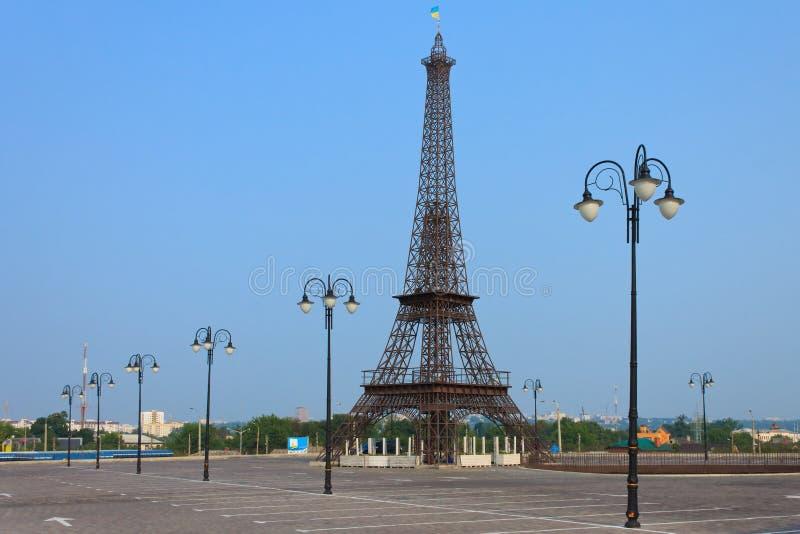 Verminderd exemplaar van de Toren van Eiffel in vroege ochtend op Strook i stock fotografie