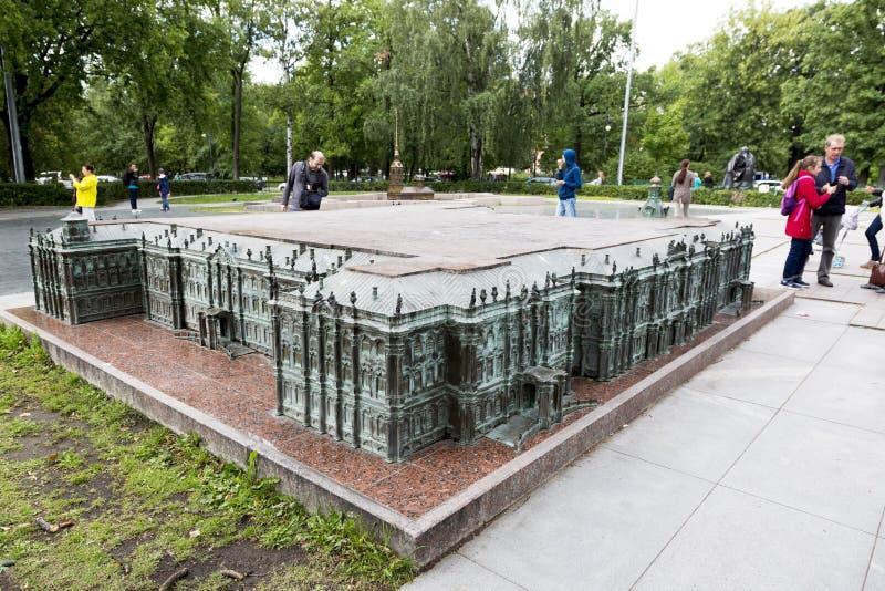 Verminderd exemplaar van het de Winterpaleis in Alexander Park in St. Petersburg stock fotografie