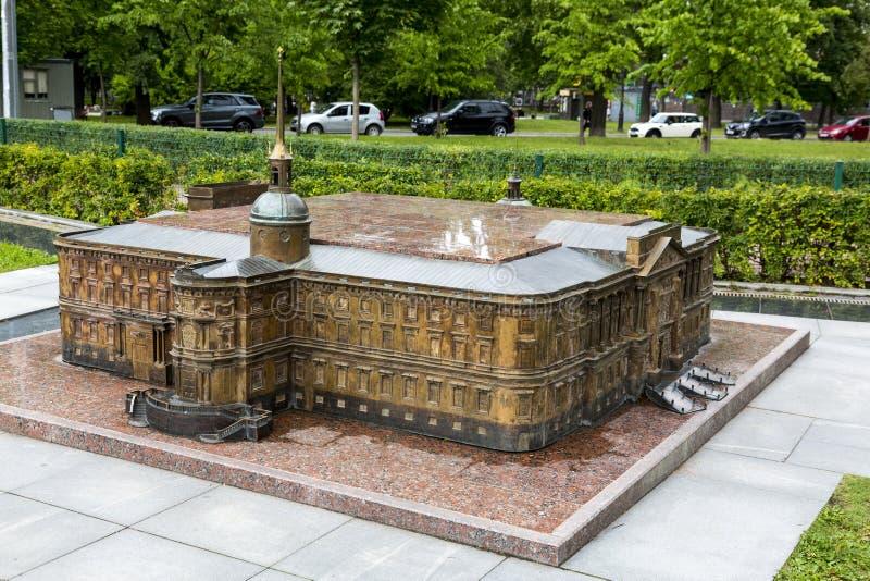 Verminderd exemplaar van het Mikhailovsky-Kasteel in Alexander Park in St. Petersburg stock afbeelding