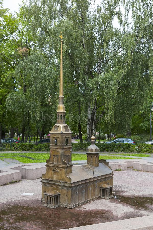 Verminderd exemplaar van Peter en Paul Cathedral in Alexander Park in St. Petersburg stock afbeeldingen