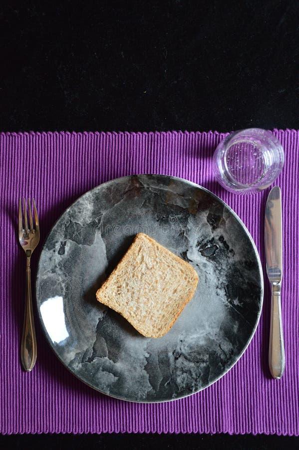 Verminderde maaltijd in Geleend met brood en water royalty-vrije stock afbeelding