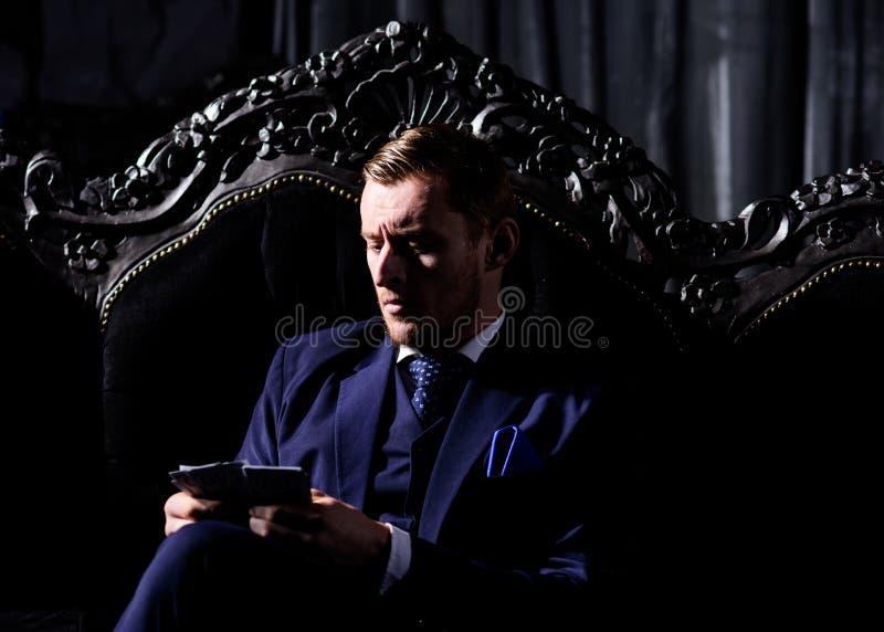Vermittler in der eleganten Klage schaut modern, beachtlich lizenzfreies stockfoto