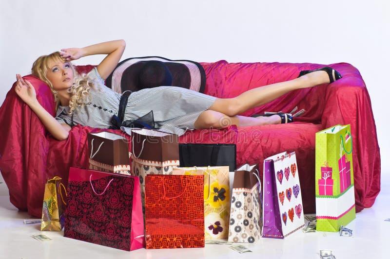 Vermoeid blondemeisje na het winkelen stock foto's
