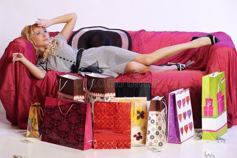 Vermoeid blondemeisje na het winkelen royalty-vrije stock foto