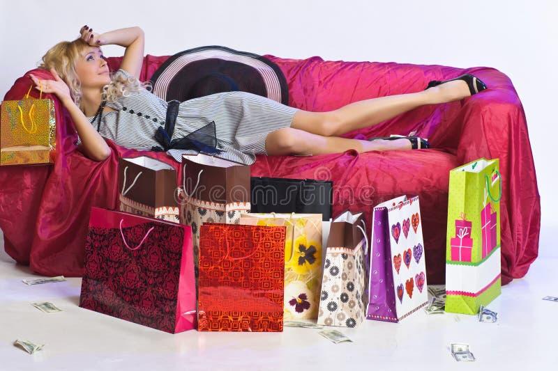 Vermoeid blondemeisje na het winkelen royalty-vrije stock afbeelding