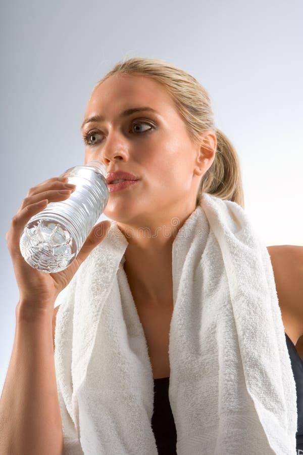 Vermoeid en dorstig in gymnastiek stock afbeelding