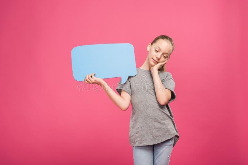 vermoeid kereltje die en blauwe geïsoleerde toespraakbel ontspannen houden, stock foto's