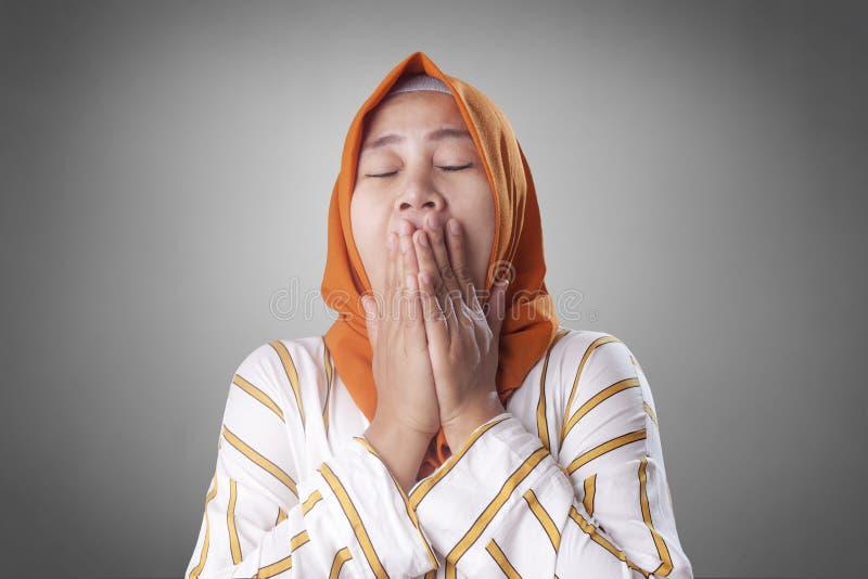 Vermoeid Slaperige Moslimdame Yawning stock afbeelding