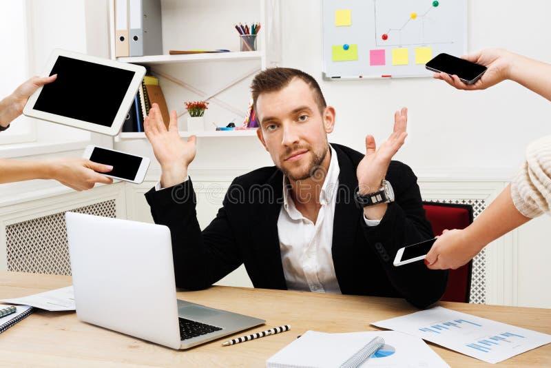 Vermoeid van multitasking, zakenmanwerkverslaafde stock afbeeldingen