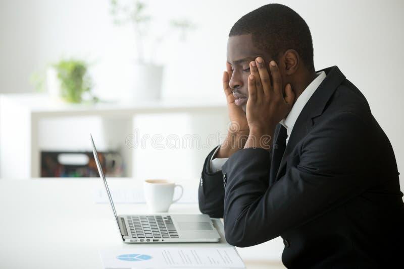 Vermoeide Afrikaanse aan hoofdpijn lijden en Amerikaan die tem masseren stock fotografie