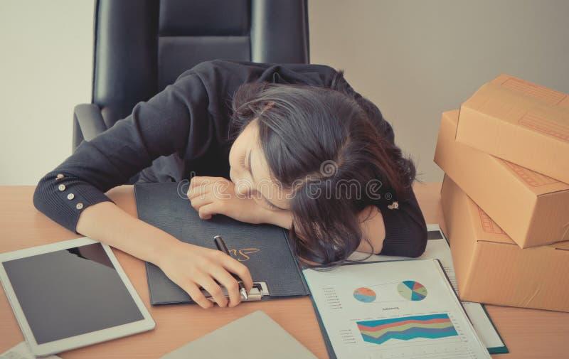 Vermoeide beambte die een dutje op bureau nemen stock afbeelding