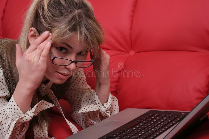 Vermoeide bedrijfsvrouw en laptop stock afbeeldingen