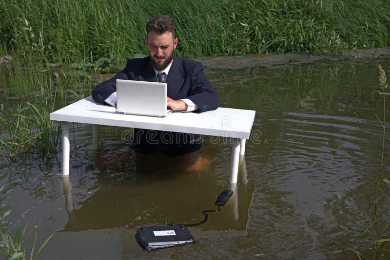Vermoeide bored student of werknemer die met laptop werken, die boring routine monotone werk uitvoeren stock foto