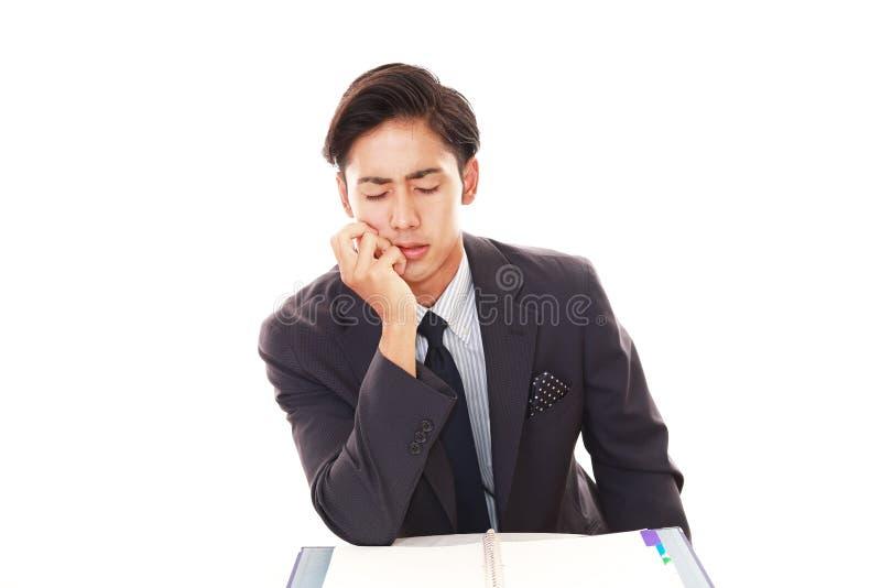 Vermoeide en beklemtoonde Aziatische zakenman stock foto's